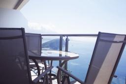 Балкон. Черногория, Будва : Современный апартамент в комплексе с бассейном, с гостиной, отдельной спальней и балконом с шикарным видом на море
