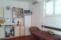 Кухня. Черногория, Зеленика : Прекрасный дом с зеленым двориком, 5 спален, 2 ванные комнаты, 2 кухни, парковка, Wi-Fi