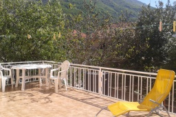 Терраса. Черногория, Зеленика : Прекрасный дом с зеленым двориком, 5 спален, 2 ванные комнаты, 2 кухни, парковка, Wi-Fi