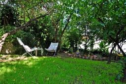 Территория. Черногория, Тиват : Трехэтажный дом с зеленым двориком, 3 гостиные, 5 спален, 3 ванные комнаты, барбекю, парковка, Wi-Fi