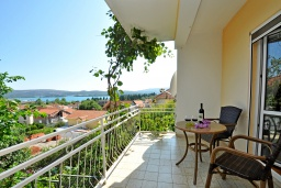Балкон. Черногория, Тиват : Трехэтажный дом с зеленым двориком, 3 гостиные, 5 спален, 3 ванные комнаты, барбекю, парковка, Wi-Fi