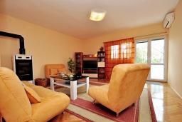 Гостиная. Черногория, Тиват : Трехэтажный дом с зеленым двориком, 3 гостиные, 5 спален, 3 ванные комнаты, барбекю, парковка, Wi-Fi