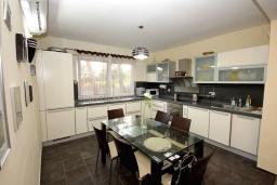 Кухня. Черногория, Сутоморе : Роскошная вилла с бассейном и зеленым двориком, 4 спальни, 4 ванные комнаты, сауна, парковка, Wi-Fi