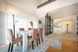 Гостиная. Черногория, Столив : Прекрасная вилла в 100 метрах от пляжа, с бассейном и двориком с барбекю, 4 спальни, 2 ванные комнаты, патио, парковка, Wi-Fi