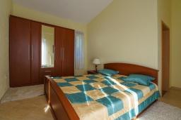 Спальня. Черногория, Утеха : Роскошная вилла с бассейном и видом на море, 100 метров до пляжа, 4 спальни, 4 ванные комнаты, барбекю, парковка, Wi-Fi