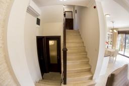 Лестница наверх. Черногория, Риека Режевичи : Роскошная вилла с бассейном и зеленой лужайкой, 3 спальни, 3 ванные комнаты, парковка, Wi-Fi