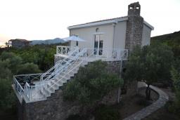 Фасад дома. Черногория, Бигова : Уютная вилла с бассейном, 3 спальни, 2 ванные комнаты, патио, барбекю, зеленый дворик, парковка, Wi-Fi