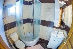 Ванная комната 2. Черногория, Бечичи : Роскошная вилла с бассейном и видом на море, 4 спальни, 4 ванные комнаты, барбекю, парковка, Wi-Fi