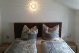 Спальня. Черногория, Герцег-Нови : Прекрасный пентхаус в 10 метрах от пляжа, с большой гостиной, тремя спальнями, двумя ванными комнатами и большим балконом с шикарным видом на море