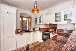 Кухня. Черногория, Доня Ластва : Каменный дом в 10 метрах от моря, 3 спальни, 2 ванные комнаты, парковка, Wi-Fi