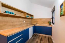 Кухня. Черногория, Прчань : Шикарный апартамент с гостиной, отдельной спальней и балконом с шикарным видом на море