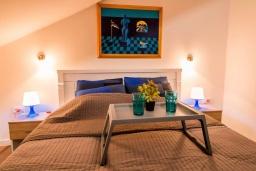 Спальня. Черногория, Прчань : Шикарный апартамент с гостиной, отдельной спальней и балконом с шикарным видом на море