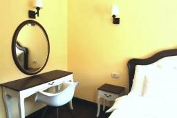 Спальня. Черногория, Доброта : Современный апартамент в 100 метрах от пляжа, с гостиной, отдельной спальней и балконом с шикарным видом на море