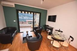 Гостиная. Черногория, Доброта : Апартамент с гостиной, отдельной спальней и балконом с видом на море