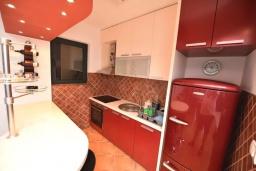Кухня. Черногория, Доброта : Апартамент с гостиной, отдельной спальней и балконом с видом на море