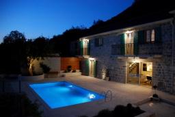 Фасад дома. Черногория, Кавач : Двухэтажный каменный дом с бассейном и двориком, 3 спальни, 3 ванные комнаты, сауна, парковка, Wi-Fi
