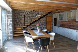 Кухня. Черногория, Кавач : Двухэтажный каменный дом с бассейном и двориком, 3 спальни, 3 ванные комнаты, сауна, парковка, Wi-Fi