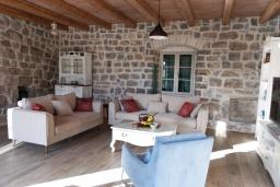 Гостиная. Черногория, Кавач : Двухэтажный каменный дом с бассейном и двориком, 3 спальни, 3 ванные комнаты, сауна, парковка, Wi-Fi
