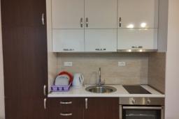 Кухня. Черногория, Будва : Современная апартамент в 80 метрах от пляжа, с гостиной, отдельной спальней и балконом с видом на море