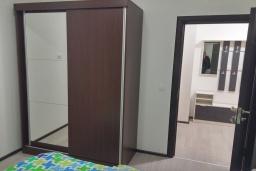 Спальня. Черногория, Будва : Современная апартамент в 80 метрах от пляжа, с гостиной, отдельной спальней и балконом с видом на море