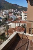 Балкон. Черногория, Будва : Современная апартамент в 80 метрах от пляжа, с гостиной, отдельной спальней и балконом с видом на море