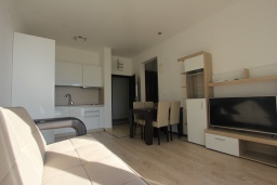 Гостиная. Черногория, Будва : Современная апартамент в 80 метрах от пляжа, с гостиной, отдельной спальней и балконом с видом на море