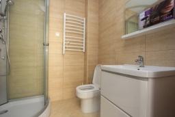 Ванная комната. Черногория, Будва : Современная апартамент в 80 метрах от пляжа, с гостиной, отдельной спальней и балконом с видом на море