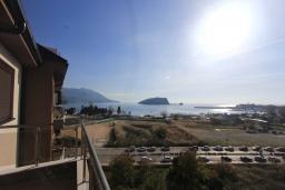 Вид на море. Черногория, Будва : Современная апартамент в 80 метрах от пляжа, с гостиной, отдельной спальней и балконом с видом на море