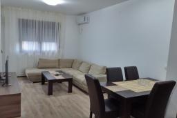 Гостиная. Черногория, Будва : Апартамент с гостиной, отдельной спальней и балконом