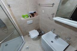 Ванная комната. Черногория, Будва : Апартамент с гостиной, отдельной спальней и балконом