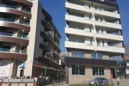 Фасад дома. Черногория, Будва : Апартамент с гостиной, отдельной спальней и балконом