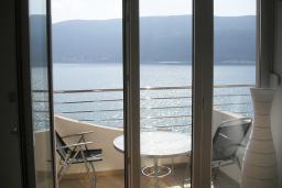 Вид на море. Черногория, Игало : Роскошный апартамент с большим балконом и шикарным видом на море