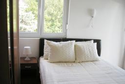 Спальня. Черногория, Игало : Роскошный апартамент с большим балконом и шикарным видом на море