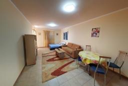 Гостиная. Черногория, Бечичи : Апартамент в 200 метрах от пляжа, с гостиной, отдельной спальней и террасой