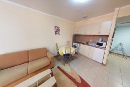 Кухня. Черногория, Бечичи : Апартамент в 200 метрах от пляжа, с гостиной, отдельной спальней и террасой