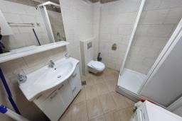 Ванная комната. Черногория, Бечичи : Апартамент в 200 метрах от пляжа, с гостиной, отдельной спальней и террасой