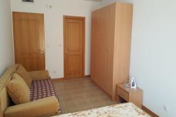 Спальня. Черногория, Бечичи : Апартамент в 200 метрах от пляжа, с гостиной, отдельной спальней и террасой
