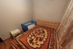 Спальня. Черногория, Бечичи : Современный апартамент с гостиной, отдельной спальней и балконом