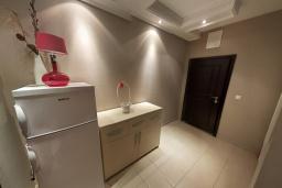 Коридор. Черногория, Бечичи : Современный апартамент с гостиной, отдельной спальней и балконом