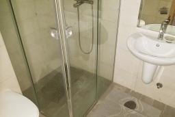 Ванная комната. Черногория, Бечичи : Современный апартамент с гостиной, отдельной спальней и балконом
