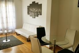 Гостиная. Черногория, Бечичи : Современный апартамент с гостиной, отдельной спальней и балконом