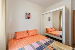 Спальня. Черногория, Рафаиловичи : Современный апартамент в 20 метрах от пляжа, с гостиной, отдельной спальней и балконом