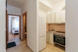 Кухня. Черногория, Рафаиловичи : Современный апартамент в 20 метрах от пляжа, с гостиной, отдельной спальней и балконом