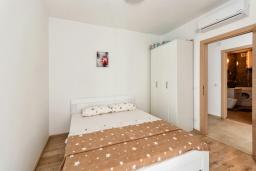 Спальня. Черногория, Рафаиловичи : Современный апартамент в 20 метрах от пляжа, с гостиной, отдельной спальней и балконом с видом на море