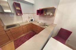 Кухня. Черногория, Пржно / Милочер : Апартамент в 100 метрах от пляжа, с гостиной, двумя спальнями и терраса