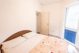Спальня. Черногория, Святой Стефан : Апартамент с гостиной, отдельной спальней и балконом с видом на море