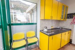Кухня. Черногория, Святой Стефан : Апартамент с гостиной, отдельной спальней и балконом с видом на море