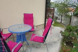 Терраса. Черногория, Прчань : Уютная вилла с зеленым двориком в 100 метрах от пляжа, 4 спальни, 2 ванные комнаты, парковка, Wi-Fi