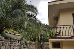 Фасад дома. Черногория, Прчань : Уютная вилла с зеленым двориком в 100 метрах от пляжа, 4 спальни, 2 ванные комнаты, парковка, Wi-Fi