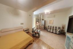 Спальня. Черногория, Прчань : Уютная вилла с зеленым двориком в 100 метрах от пляжа, 4 спальни, 2 ванные комнаты, парковка, Wi-Fi